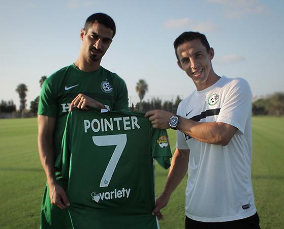 עם החולצה החדשה. קריאף עם בוקולי (צילום: האתר הרשמי של מכבי חיפה)