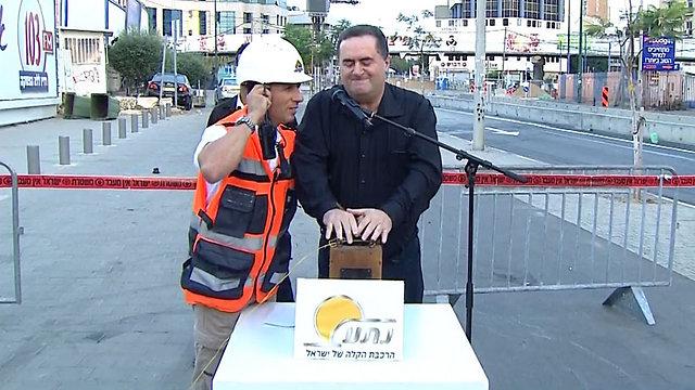 שר התחבורה ישראל כץ מפעיל את פיצוץ הגשר (צילום: מזמור) (צילום: מזמור)
