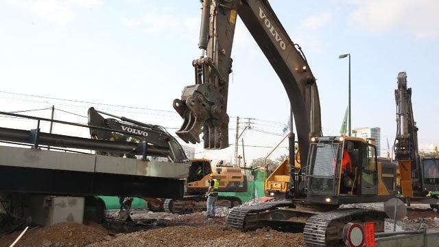 החלו כבר העבודות לפינוי ההריסות, שצפויות להסתיים ביום ראשון (צילום: מוטי קמחי) (צילום: מוטי קמחי)
