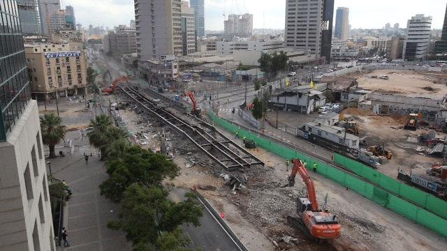 אזור הגשר כמה שעות לאחר הפיצוץ. פונו כבר חלק מההריסות (צילום: מוטי קמחי) (צילום: מוטי קמחי)