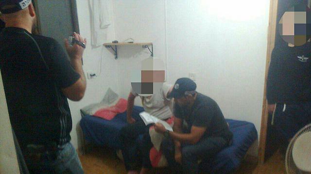 אחד החשודים מקבל את צו ההרחקה המנהלי ( צילום: ארגון חוננו  )
