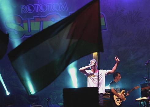 """""""ישראל יקרה לי"""". מתיסיהו מופיע מול דגלי פלסטין (צילום: רויטרס) (צילום: רויטרס)"""
