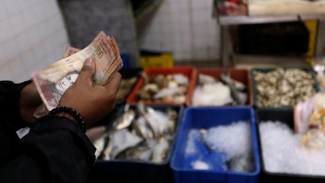 בטח הוציא הרבה כסף בשביל דג אחד (צילום: רויטרס)