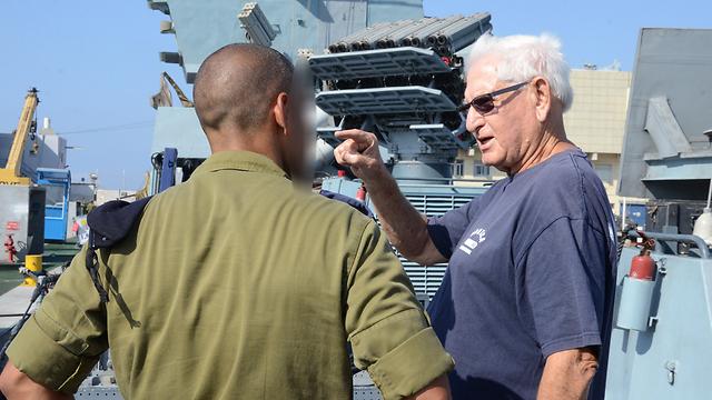 סיור מודרך עם מפקד הספינה, רב סרן ב' (צילום: מוחמד שינאווי) (צילום: מוחמד שינאווי)