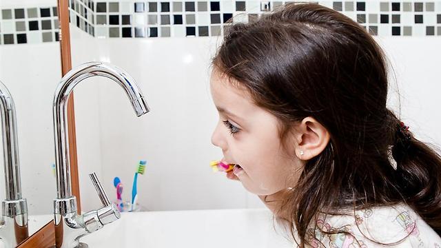 לצחצח לפני או אחרי שאוכלים ממתקים? (צילום: shutterstock) (צילום: shutterstock)