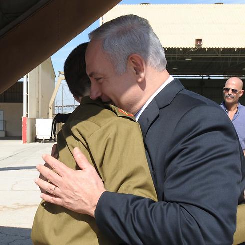 """התמונה המפורסמת שלגביה התכוון ברק. נתניהו מתחבק עם שליט לאחר שחרורו (צילום: לע""""מ) (צילום: לע"""