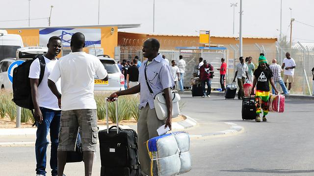 Asylum seekers leaving Holot (Photo: Herzl Yosef)