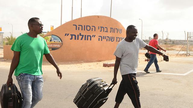 """מהגרים מאפריקה משתחררים ממתקן חולות. """"נמנע פתיחה מחדש של מתקני הכליאה"""" (צילום: הרצל יוסף) (צילום: הרצל יוסף)"""
