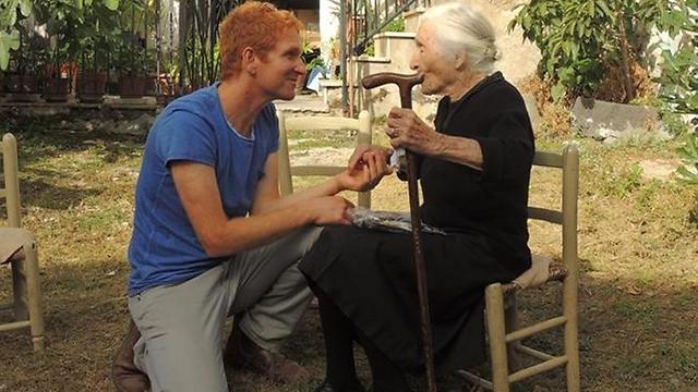 אופיר פוגל מראיין את ארמילנדה בת ה-100 בסרדיניה. החיים שלהם לא היו שקטים, אבל הם שמרו על גישה בריאה ()