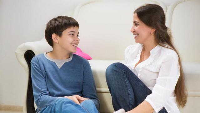 שיחה באווירה טובה מועילה ליחסים עם הילדים (צילום: shutterstock)