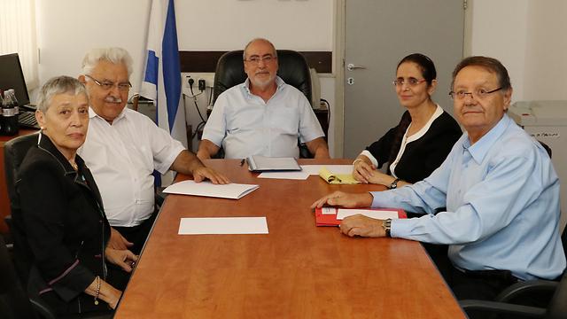 חברי ועדת גרוניס. ימליצו על שלושה מועמדים סופיים (צילום: שאול גולן) (צילום: שאול גולן)