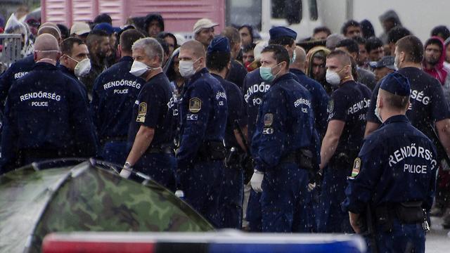 זירת העימותים במרכז הקליטה בהונגריה (צילום: AFP) (צילום: AFP)
