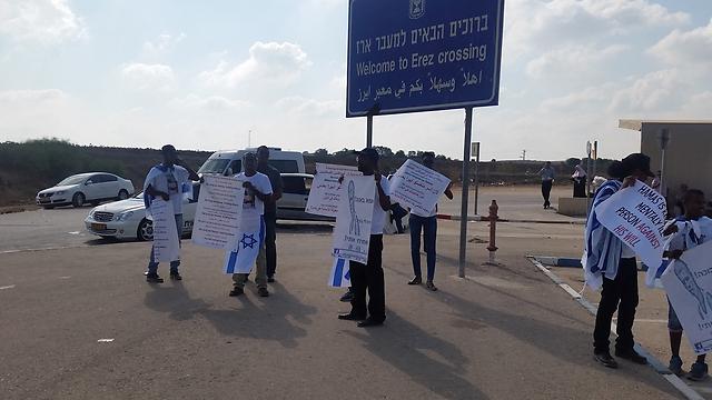 משפחת מנגיסטו מפגינה במחסום ארז הבוקר (באדיבות משפחת מנגיסטו) (באדיבות משפחת מנגיסטו)