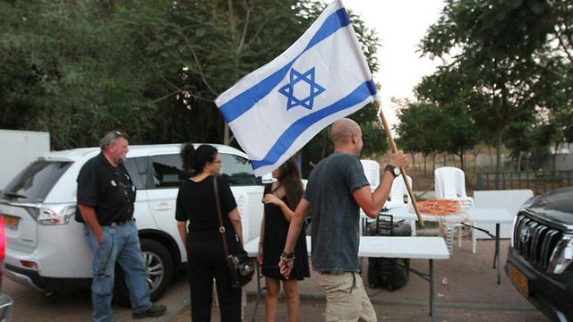 המשפחות השכולות ליד הבית של השר ארדן, הערב (צילום: עידו ארז) (צילום: עידו ארז)