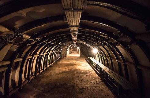 """נמצאה מתחת לקרקע, באמצעות מכ""""מ (צילום: EPA) (צילום: EPA)"""