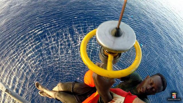 איטליה מחלצת מהגרים שעומדים לטבוע בים (צילום: AFP) (צילום: AFP)