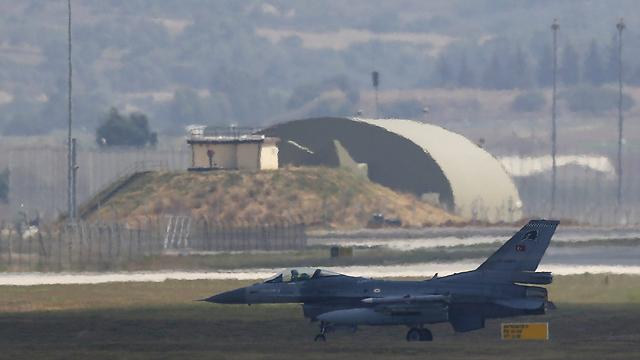 מטוס קרב טורקי בדרך לתקיפת יעדי דאעש בסוריה (צילום: רויטרס)