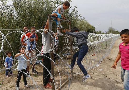 חוצים, בלי יותר מדי בעיות, את גדר התיל בין סרביה להונגריה (צילום: רויטרס) (צילום: רויטרס)