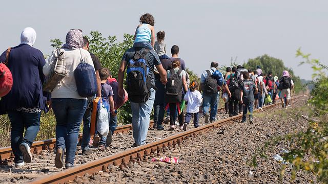 מהגרים בדרך מסרביה להונגריה, השבוע (צילום: gettyimages) (צילום: gettyimages)