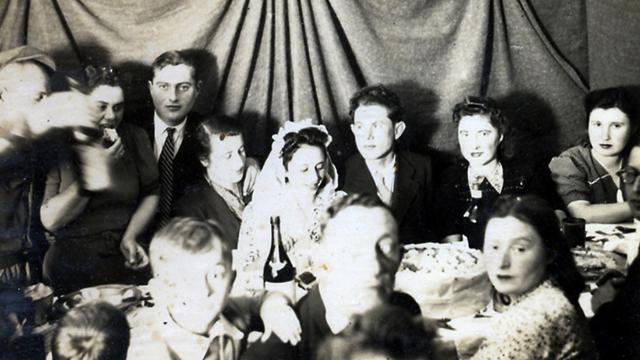 חתונה במחנה. האיטלקיות הלוו שמלות כלה (צילום: מהאלבומים האישיים של ילדי לאוקה ) (צילום: מהאלבומים האישיים של ילדי לאוקה )