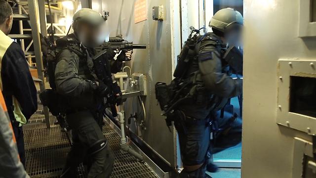 """לוחמי הקומנדו הימי נערכים למתקפת טרור על אסדת הגז  (צילום: דובר צה""""ל) (צילום: דובר צה"""