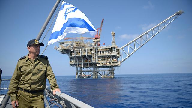 Israeli Navy commander near a gas rig (Photo: IDF Spokesperson)