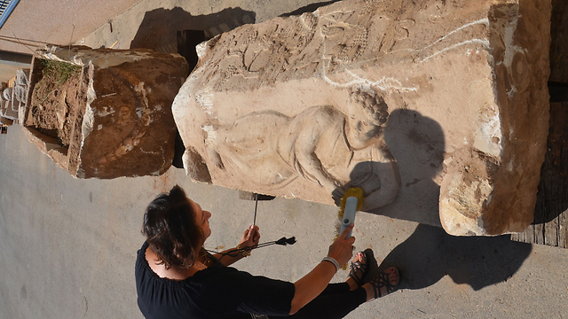 A male figure sculpted on the sarcophagus cover, possibly the image of the deceased (Photo: Yoli Shwartz, courtesy of IAA)