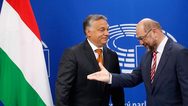 אורבן (משמאל) עם נשיא הפרלמנט האירופי. תכנים לחינמונים (צילום: EPA)