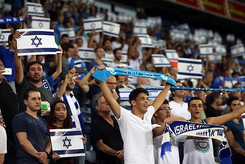 נהנים מכל רגע. אוהדי נבחרת ישראל (צילום: אורן אהרוני) (צילום: אורן אהרוני)