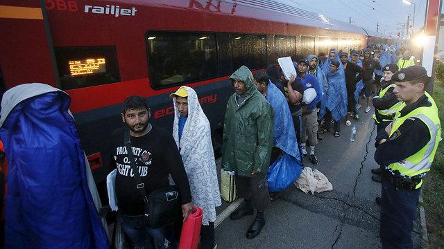 Asylum seekers in Austria board a Germany-bound train (Photo: Reuters)