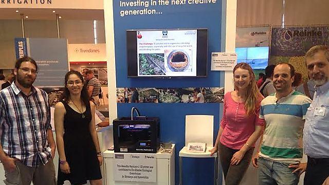 """צוות הניסוי (ליפז שנייה משמאל) בדוכן חברת """"מצרפלס"""" בתערוכת אגריטך (צילום: מתוך זווית, סוכנות ידיעות לסביבה ומדע) (צילום: מתוך זווית, סוכנות ידיעות לסביבה ומדע)"""