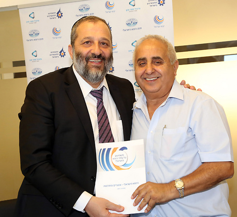 Gabai with Economy Minister Aryeh Deri. (Photo: Sivan Farag)