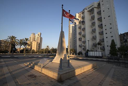 דגלי טורקיה וישראל זה לצד זה (צילום: רון פלד) (צילום: רון פלד)