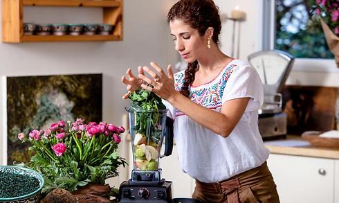 הטבע נותן מתנה, לא תיקח? אומינה מכינה שייק ירוק (צילום: זוהר רון) (צילום: זוהר רון)