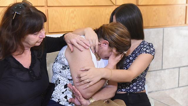 דודתה של דדון בוכה לפני הכרעת הדין (צילום: אביהו שפירא) (צילום: אביהו שפירא)