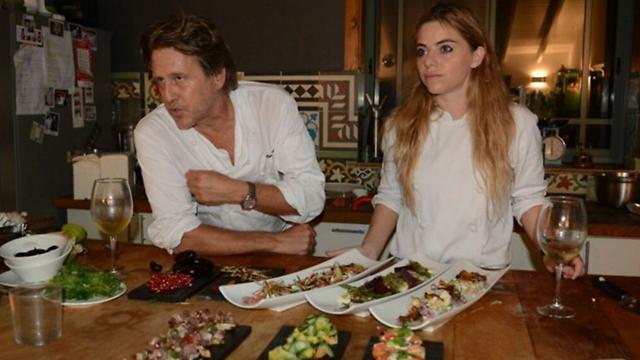 אסנהיים עם זוגתו במטבח של ביתם (צילום: ג'ורג' גינסברג)