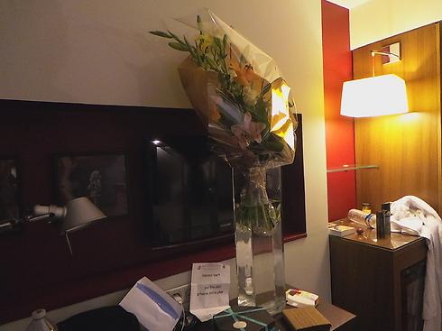 זר הפרחים שליאור אליהו קיבל ליום הולדתו (צילום: יעל שחרור) (צילום: יעל שחרור)