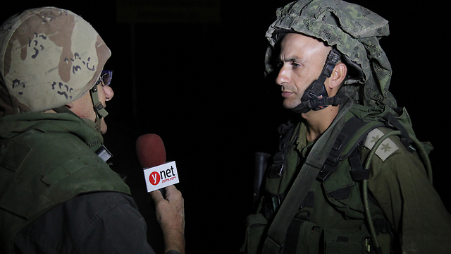 Lt.-Col. Megidish (R) speaking to Yedioth Ahronoth reporter Ron Ben-Yishai (Photo: Eli Segal)