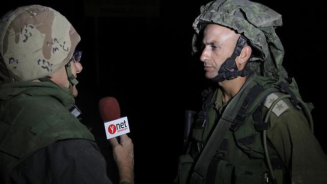 Lt.-Col. Megidish (R) hablando con el reportero de Yedioth Ahronoth Ron Ben-Yishai (Foto: Eli Segal)