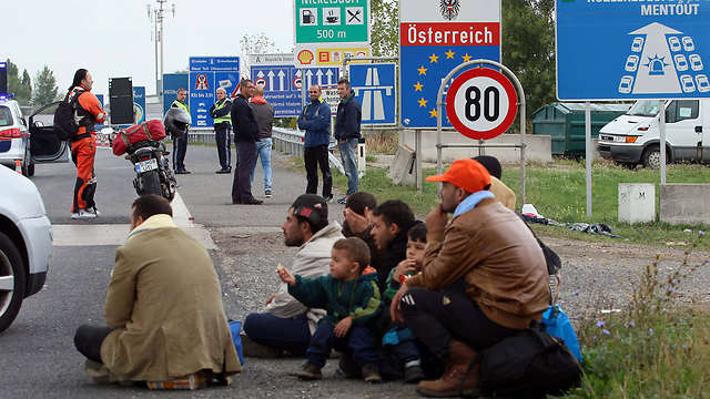 פליטים בדרך לאוסטיה, היום (צילום: AP) (צילום: AP)