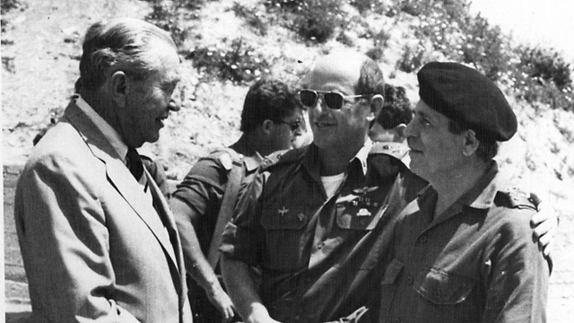 Lahad with former prime minister Chaim Herzog and then-commander of the Northern Command Yossi Peled (Photo: IDF Spokesman)