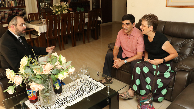"""הרב הראשי עם הוריו של הדר גולדין (צילום: שאול גולן, """"ידיעות אחרונות"""") (צילום: שאול גולן,"""