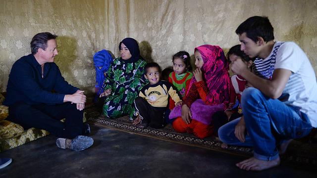 קמרון עם פליטים סורים. לא לקח בחשבון את המשבר (צילום: MCT) (צילום: MCT)