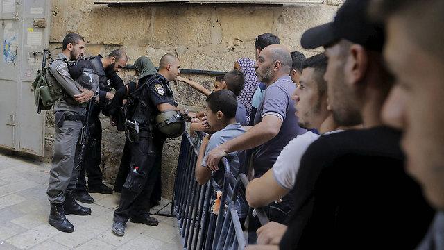 פלסטינים בכניסה להר הבית (צילום: רויטרס) (צילום: רויטרס)