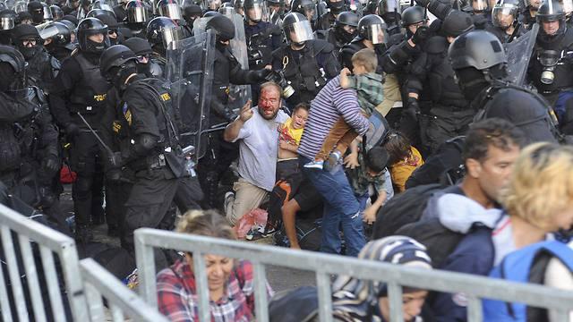 עימותים בין מהגרים לשוטרים בגבול הונגריה-סרביה לפני 4 שנים (צילום: רויטרס) (צילום: רויטרס)