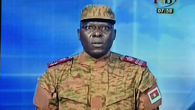 """""""שולטים במדינה"""". הודעת הצבא על ההפיכה הצבאית (צילום: AFP) (צילום: AFP)"""