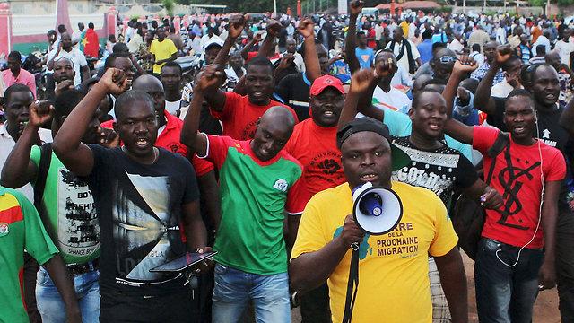 מפגינים מוחים מול המשמר הנשיאותי בבירה ואגאדוגו (צילום: רויטרס) (צילום: רויטרס)