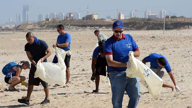"""גם השגריר שפירו מנקה את חוף פלמחים (צילום: מתי שטרן, שגרירות ארה""""ב) (צילום: מתי שטרן, שגרירות ארה"""