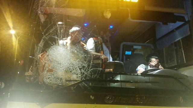 Bus damaged by stone on Thursday (Photo: Itzik Cohen/Midabrim Communications)
