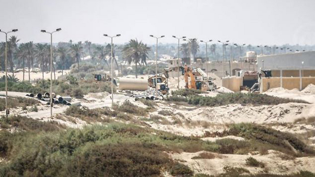 Egyptian forces working to flood the tunnels
